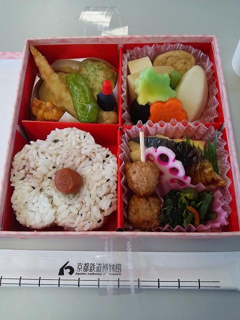 鉄道博物館内の食堂車の車輌で食べられるお弁当。