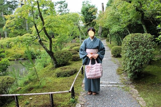 等持院の庭園にて。サンダルを履いて降りるシステムになっている。