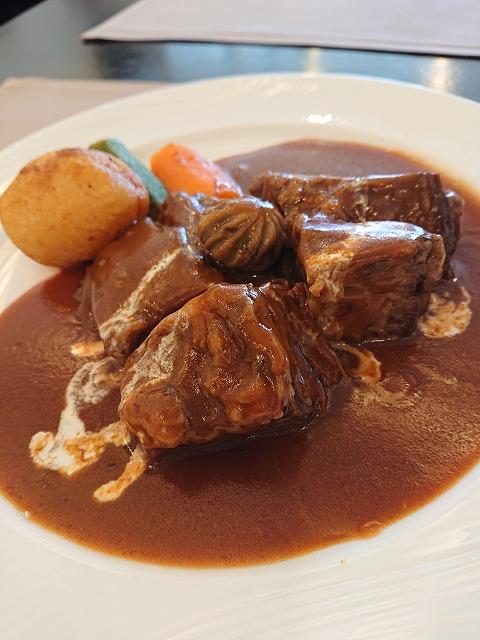 黒船亭のビーフシチュー。大きく柔らかいお肉と、ポテトが絶妙。